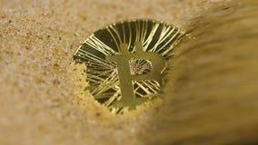 O homem limpa a moeda do bitcoin virtual do cryptocurrency video estoque