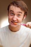 o homem limpa os dentes Imagens de Stock Royalty Free