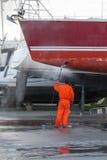 O homem limpa um veleiro Foto de Stock