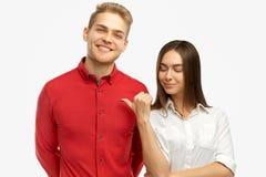 O homem louro considerável tem o sorriso neve-branco largo, olha amigável na câmera, vestida na camisa vermelha elegante foto de stock royalty free