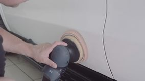 O homem lustra o carro vídeos de arquivo