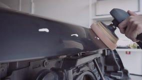 O homem lustra o carro video estoque