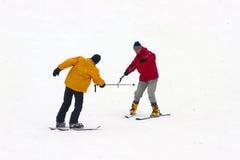 O homem maduro aprende montar o esqui da montanha Fotografia de Stock Royalty Free