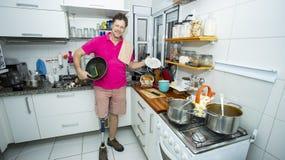 O homem maduro lava os pratos Conceito da limpeza fotos de stock