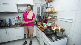 O homem maduro lava os pratos Conceito da limpeza fotografia de stock