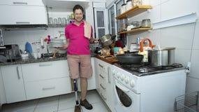 O homem maduro lava os pratos Conceito da limpeza foto de stock
