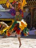 O homem mascarado está dançando em um tsechus Imagem de Stock