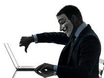 O homem mascarou a silhueta de computação do computador do membro anônimo do grupo Imagens de Stock Royalty Free