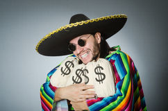 O homem mexicano com sacos do dinheiro Fotografia de Stock Royalty Free