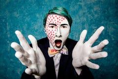 O homem mimica expressa o prazer com mãos imagens de stock royalty free