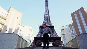 O homem mimica jogando seu papel no fundo da torre Eiffel filme