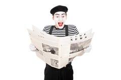 O homem mimica o artista que lê a notícia Fotos de Stock Royalty Free