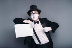 O homem mimica o ator com a folha de papel vazia Fotos de Stock Royalty Free