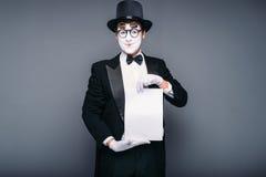 O homem mimica o ator com a folha de papel vazia Fotografia de Stock