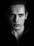 O homem misterioso escuro olha fixamente intensamente Imagem de Stock Royalty Free