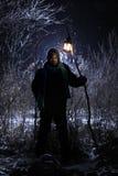 O homem misterioso saiu floresta na tocha da mão Imagens de Stock Royalty Free