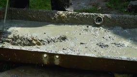 O homem mistura o emplastro concreto com o misturador elétrico Preparação do concreto no manual filme