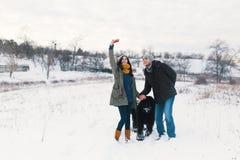 O homem moderno e a mulher despreocupados que fazem o selfie com seu macio fazem imagens de stock royalty free