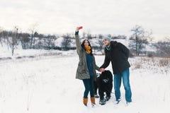 O homem moderno e a mulher despreocupados que fazem o selfie com seu macio fazem fotos de stock