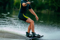 o homem monta um wakeboard no lago Fotografia de Stock Royalty Free