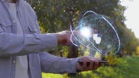 O homem mostra o holograma com comprimidos video estoque