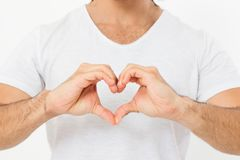 O homem mostra um close-up coração-dado forma do gesto Tema do amor Vista superior Zombaria acima Copie o espaço molde blank foto de stock