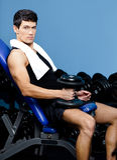 O homem muscular descansa guardarando um peso na mão Fotos de Stock
