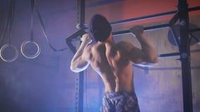O homem muscular que faz a tração kipping levanta filme