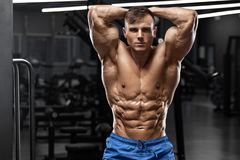 O homem muscular que mostra o Abs dos m?sculos, deu forma a abdominal Torso despido masculino forte, exerc?cio fotografia de stock royalty free