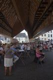 O homem na bicicleta passa o café exterior no centro medieval de ghent Imagens de Stock Royalty Free