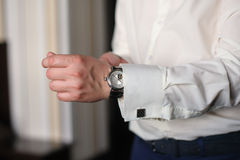 O homem na camisa branca veste relógios Imagem de Stock Royalty Free