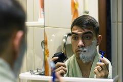 O homem na frente de um barbeador bonde seleto ou das lâminas clássico fotos de stock