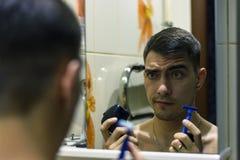 O homem na frente de um barbeador bonde seleto ou das lâminas clássico imagens de stock