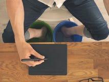 O homem na mesa refrigera seus pés imagem de stock royalty free