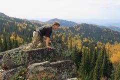 O homem na rocha Fotografia de Stock Royalty Free