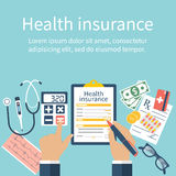 O homem na tabela enche-se sob a forma do seguro de saúde Imagens de Stock