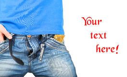 O homem nas calças de brim abriu o zíper com um preservativo no bolso Imagens de Stock