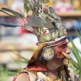 O homem nativo peruano vestiu-se e compôs-se como um Chimu, Peru foto de stock