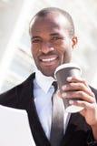 O homem negro na moda tem a ruptura de café Fotografia de Stock Royalty Free