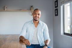 O homem negro relaxa em casa foto de stock royalty free