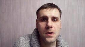 O homem nervoso agressivo jura o close up Retrato do homem irritado video estoque