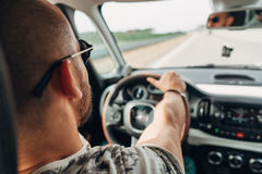 O homem no carro que viaja na estrada Fotografia de Stock Royalty Free