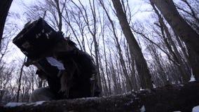 O homem no chapéu desbasta o osso com um machado filme