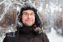 O homem no chapéu do inverno da pele com orelha bate o sorriso Imagem de Stock Royalty Free