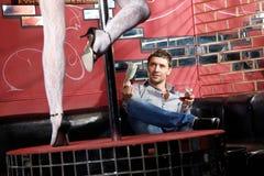 O homem no clube de noite Imagens de Stock Royalty Free
