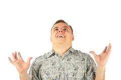 O homem no entusiasmo olha para cima com hads acima foto de stock