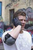 O homem no equipamento de esportes fala pelo telefone Fotografia de Stock