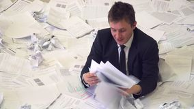 O homem no escritório que afoga-se no papel filme