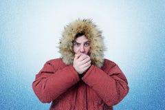 O homem no inverno veste as mãos de aquecimento, frio, neve, blizzard fotografia de stock