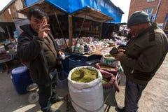 O homem no mercado da cidade vende o cigarro fraco Em Bayan-Olgiy a província é povoada a 88,7% por Kazakhs Fotografia de Stock Royalty Free